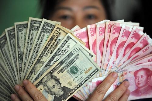 图为人民币和美元。新华社发