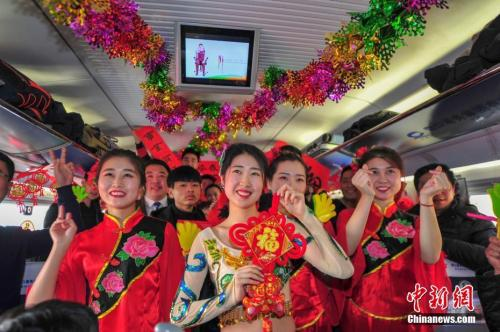 2月8日,G1226次列车由沈阳北站开往苍南,农历小年这天,全体乘务员自编自演,为旅客奉送了一台精彩的列车春晚。中新社记者 于海洋 摄