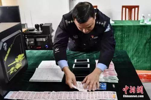 △图/2月7日,广州警方向媒体展示涉案的火车票。