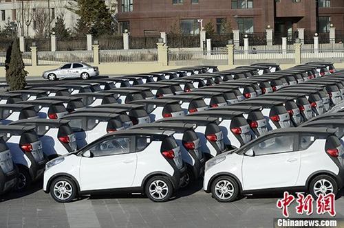 材料图:集合停放的电动汽车。 中新社记者 刘文华 摄