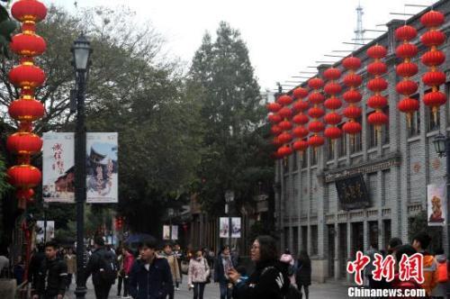 资料图:2017年1月16日,福州千年古街南后街,高高挂起的新灯笼将老街装扮一新。张斌 摄