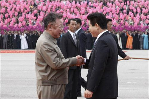 金正日與盧武鉉握手
