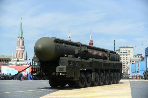 """资料图片:2015年5月9日,在俄罗斯首都莫斯科红场,""""亚尔斯""""洲际弹道导弹系统行进在阅兵式上。新华社记者 贾宇辰 摄"""