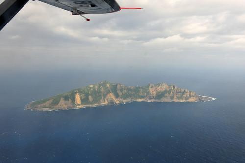 资料图片:这是12月13日从中国海监B-3837飞机上拍摄的钓鱼岛及其附属岛屿画面。新华社发