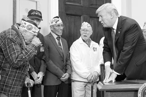 """美国总统特朗普7 日在白宫会见""""珍珠港事件""""的幸存老兵,一名老兵在会晤时激动落泪。"""