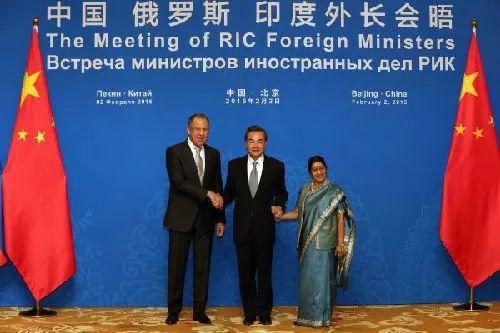 ▲资料图片:2015年2月,俄罗斯外长拉夫罗夫、中国外交部长王毅、印度外长斯瓦拉杰(从左至右)在北京出席中俄印外长第13次会晤。(法新社)