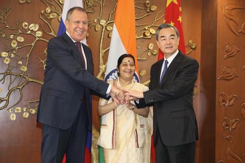 当地时间2017年12月11日,外交部长王毅在印度新德里出席中俄印外长第十五次会晤。