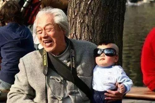 爷爷奶奶有多宠孙子孙女?扑面而来的喜感,但笑着笑着就哭了…