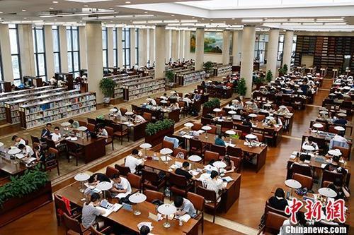 资料图:杭州图书馆的自习室坐满了市民。 中新社记者 王远 摄