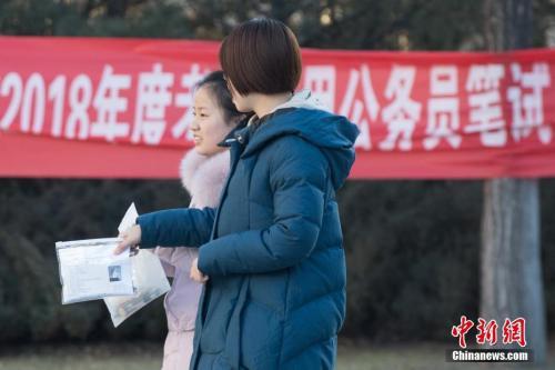 12月10日,山西太原一公务员考点,考生准备进入考场。中新社记者 武俊杰 摄