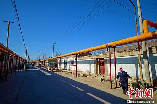 资料图:电代煤供暖管道入户。中新社记者 佟郁 摄