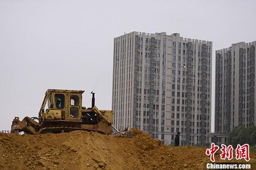 湖南长沙一楼盘土地上,推土机正在作业。 中新社记者 杨华峰 摄