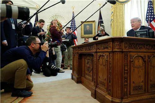2017年12月22日,在美国华盛顿白宫,美国总统特朗普(右)签署减税法案后对媒体讲话。新华社/路透