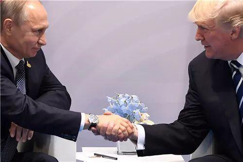 2017年7月7日,在德国汉堡,美国总统特朗普(右)与俄罗斯总统普京握手。新华社/法新