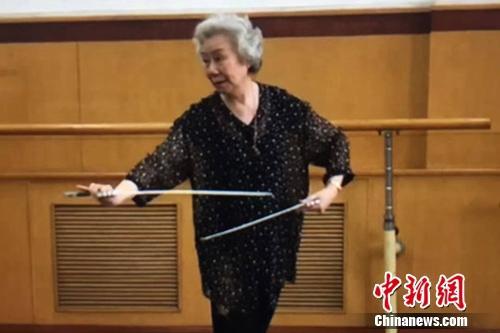 艾美君给学生讲解京剧表演动作要领。刘岿然供图