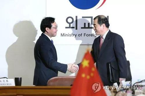 ▲1月5日,朝核六方会谈韩方团长李度勋(左)与到访的中方团长孔铉佑握手合影。(韩联社)