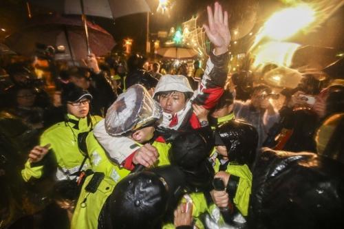 """""""时代力量""""民代在台湾地区领导人办公室前绝食静坐,抗议""""劳基法""""修正案近60个小时,于8日凌晨被警方强制驱离,并拆除帐棚。图片来源:联合报。"""