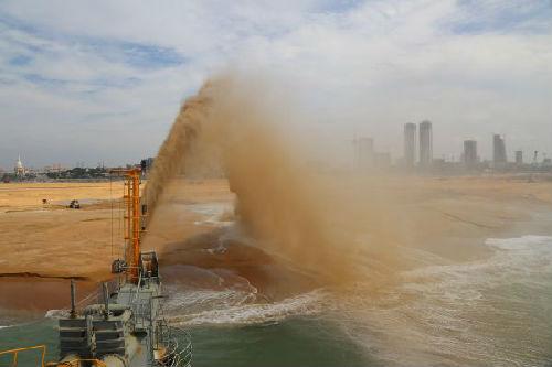 """在科伦坡港口城项目施工现场,中国交建""""万顷沙""""号耙吸船正在吹沙。(新华社)"""