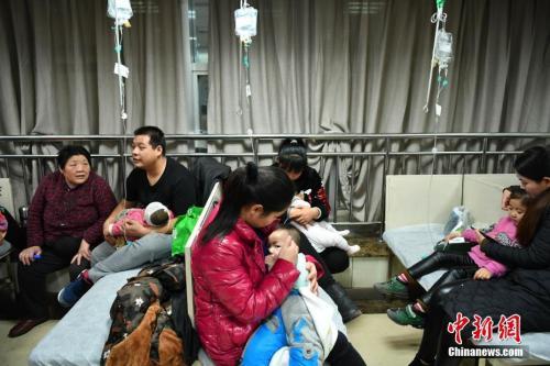 资料图:1月5日,河北省儿童医院呼吸科大厅内,抱着孩童前来看病的父母们摩肩接踵。中新社记者 翟羽佳 摄