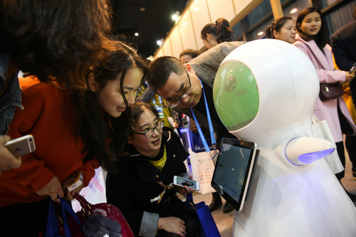 资料图片:2017年12月2日,参观者在博览会上与一款商用交互式机器人互动。当日,第四届世界互联网大会·互联网之光博览会在浙江省桐乡市乌镇拉开帷幕。新华社记者 郑焕松 摄