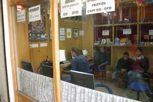 资料图片:2006年12月6日,在尼泊尔首都加德满都泰米尔旅游商业区的一家网吧里,一名外国游客和当地居民正在上网。新华社记者 安治平 摄