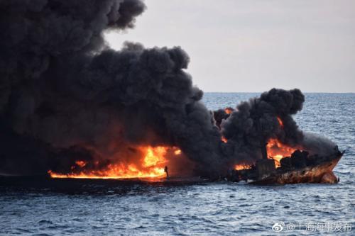 爆燃现场。图片来源:上海海事局官方微博。
