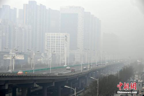 质料图:石家庄一高架桥被雾霾包围。中新社记者 翟羽佳 摄