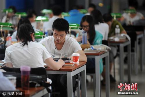资料图:山西省图书馆内座无虚席,备战高考的学子们正安静地坐在座位上读书、做题、查阅资料。图片来源:视觉中国