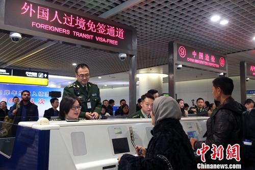 资料图:边检民警为入境旅客办理通关手续。中新社记者 王磊 摄