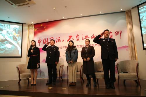 图为《挺住,英雄》采访现场。图片来源:中国长安网