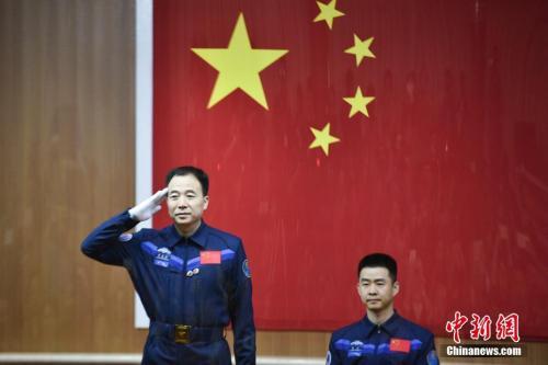 资料图:神舟十一号航天员景海鹏和陈冬接受中外记者采访。付毅飞 摄
