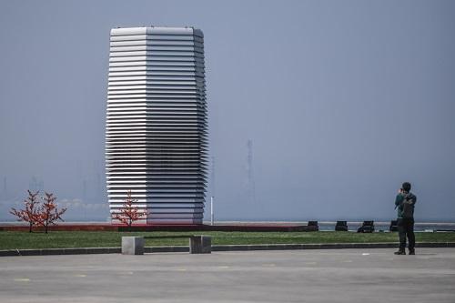 资料图:这是大连国际会议中心会场外展出的雾霾净化塔。 新华社记者 潘昱龙 摄