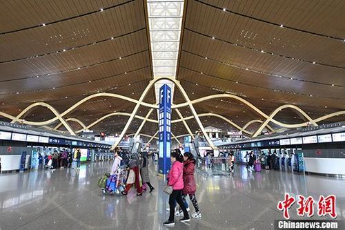 资料图:在机场候机的旅客。中新社记者 任东 摄