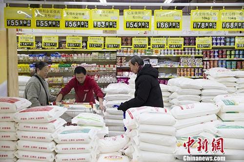 资料图:民众正在超市购买面粉。中新社记者 张云 摄