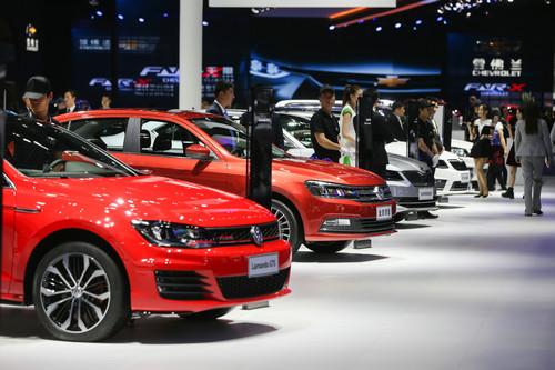 资料图片:2017年4月19日,2017上海国际车展在上海国家会展中心拉开帷幕,这是大众汽车展出的车辆。新华社记者 丁汀 摄