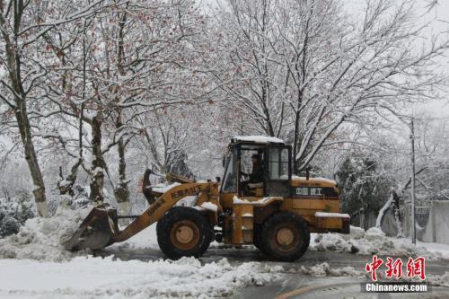 2018年1月4日,安徽合肥义城街道铲雪车在为敬老院门口道路清理积雪。中新社记者 钟欣 摄