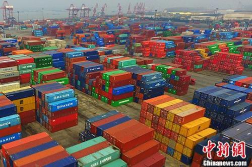 资料图:南京龙潭港摆放着的进出口集装箱。中新社记者 泱波 摄