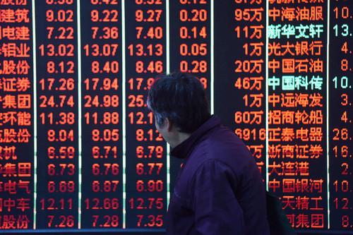 资料图片:2018年1月2日,股民在杭州一证券营业厅关注股市行情。新华社发