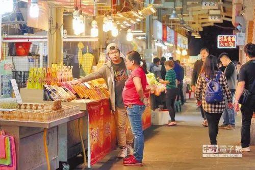 ▲资料图片:大陆游客减少,原本人潮络绎不绝的台北士林夜市来客数不若以往。(台湾《旺报》)