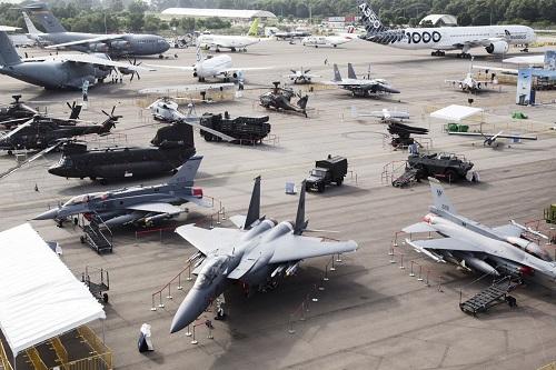 新加坡航空展6日开幕。图为包括客机和战机在内的各类参展飞机。(彭博新闻社网站)