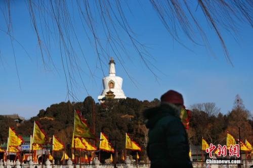 1月9日,北京出现明显的大风天气。图为蓝天下的北海公园 。中新社记者 富田 摄