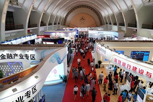 材料图片:2017年7月27日,观赏者在第二十五届中国国际金融展上观赏。新华社记者 李鑫 摄