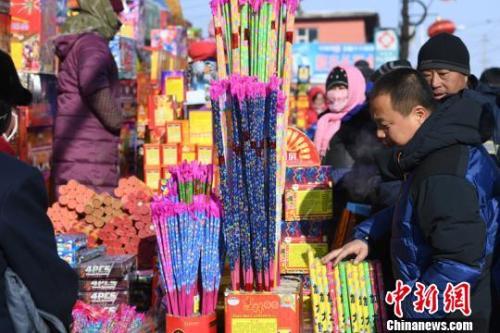 传统爆竹是集市上不可缺少的年货 张瑶 摄