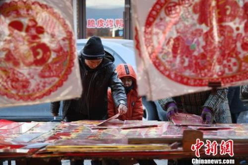 传统的春联深受村民喜爱 张瑶 摄