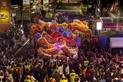 2月3日,在马来西亚吉隆坡,人们观看舞龙表演。新华社发