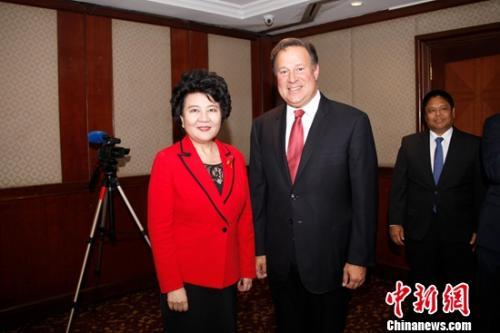 当地时间2月19日晚,巴拿马总统胡安・卡洛斯・巴雷拉会见了正在巴拿马首都巴拿马城访问的中国国务院侨务办公室主任裘援平。余瑞冬 摄