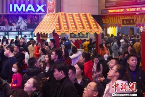 山西太原,民众正在排队购票准备观看电影。 张云 摄