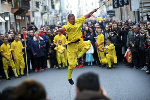 材料图:在意年夜利罗马,演员在游行中扮演中国工夫。新华社记者 金宇 摄