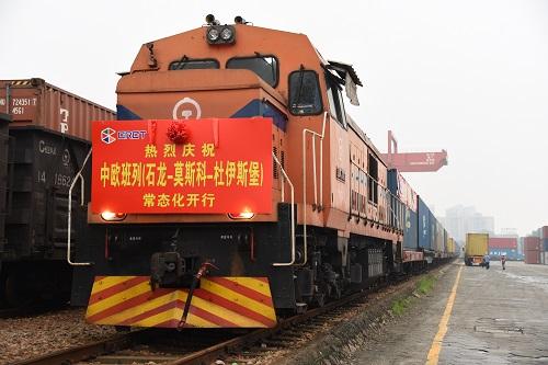 资料图:X8426次中欧铁路集装箱班列在东莞石龙铁路国际物流中心等待出发。新华社记者 吴涛 摄