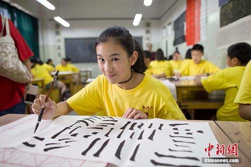 """资料图:""""中国寻根之旅""""夏令营的华裔青少年在山西学习中国书法。 中新社记者 张云 摄"""